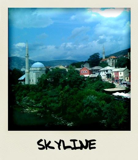 Pogled z mosta na okoliške stavbe (fotografije je bila narejena in obdelana z iPhone telefonom)