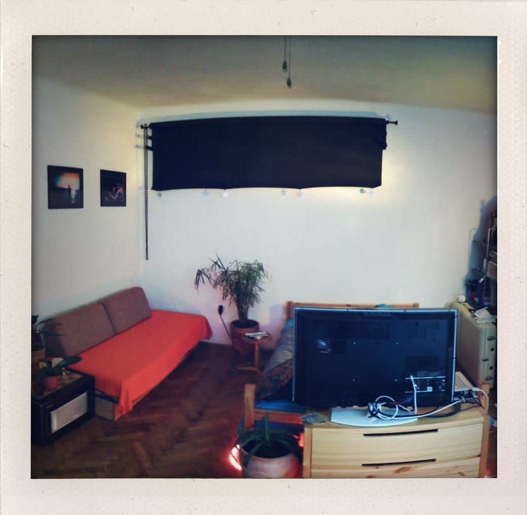 Improviziran studio v dnevni sobi nad kavčem in v spalnici nad posteljo