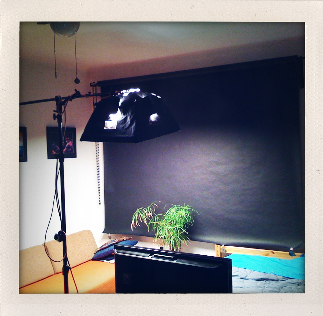 Studio osvetljuje 1000W Photoflex luč na Manfrotto stojalu